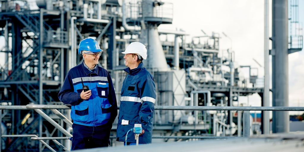 A customer and an Endress+Hauser engineer at a refinery.
