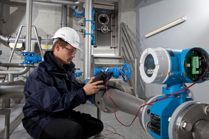 Service technican commissioning a flowmeter